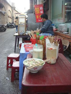 Street_vendor_pho_ga_Hanoi